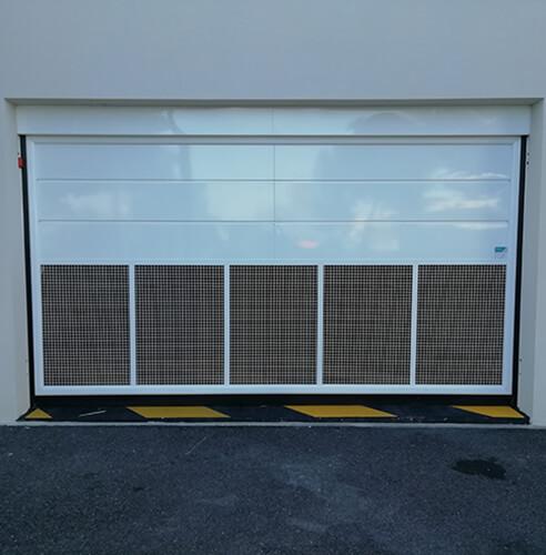Porte basculante avec ventilation